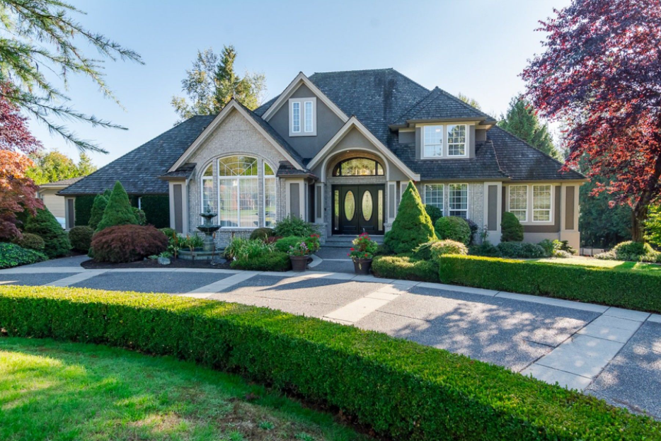 4 Things to Consider Before Looking at Luxury Houses for Sale